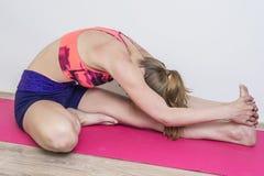Hemmastadd praktiserande yoga för kvinna Royaltyfria Bilder