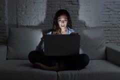 Hemmastadd soffasoffa för kvinna genom att använda internet för bärbar datordator och nätverksböjelsebegrepp Fotografering för Bildbyråer