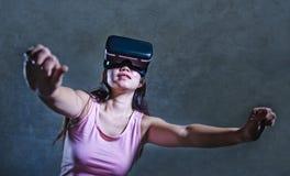 Hemmastadd soffasoffa för ung kvinna som spelar videospelet genom att använda VR-virtuell verklighetskyddsglasögon som håller ögo arkivbilder