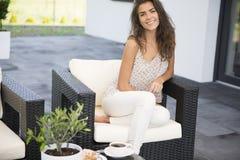 Hemmastadd terrass för kvinna royaltyfri fotografi