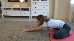 Hemmastadd yogakvinna Kondition-, sport-, utbildnings- och livsstilbegrepp arkivfilmer