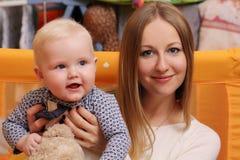 Hemmastadda moder och hennes lilla son Arkivfoton