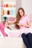 Hemmastadda moder och sjukt barn royaltyfri bild