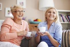 Hemmastadda pensionär och mogna kvinnor Royaltyfri Bild