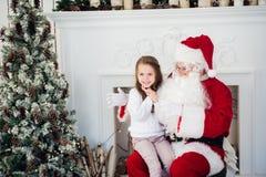 Hemmastadda Santa Claus och barn Isolat på vit Familjferiebegrepp Arkivfoto