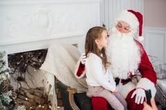 Hemmastadda Santa Claus och barn Isolat på vit Familjferiebegrepp Arkivbilder