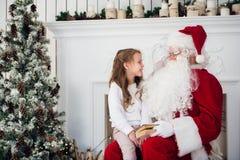 Hemmastadda Santa Claus och barn Isolat på vit Familjferiebegrepp Royaltyfri Fotografi