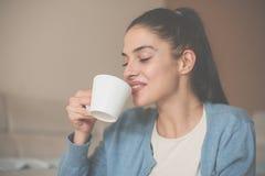 Hemmastatt dricka tycka om för flicka i kaffe arkivbilder