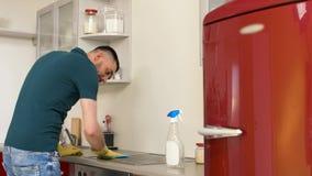 Hemmastatt kök för manlokalvårdspis stock video