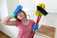 Hemmastatt kök för tjänste- kvinna i handskar som bär den frustrerade lokalvårdkvasten och golvmoppet Royaltyfria Bilder