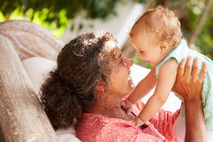 Hemmastatt spela för farmor med sondottern i trädgård Royaltyfri Bild