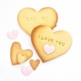 Hemmet bakade hjärtakakor med boktryck uttrycker Royaltyfri Fotografi