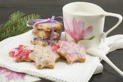Hemmet bakade och dekorerade julkakor, och exponeringsglas av mjölkar royaltyfria bilder