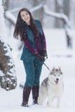Hemmet daltar begrepp och idéer Lycklig Caucasian brunettkvinna och hennes Husky Dog Royaltyfri Fotografi