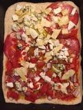 Hemmet gjord pizza som är klar för, hoven Arkivbild