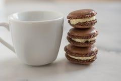 Hemmet gjorde chokladmacarons med vanilj Arkivbilder