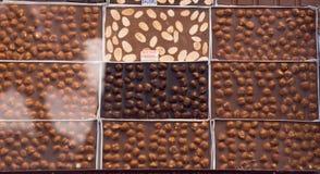 Hemmet gjorde chokladstänger som bakgrund Arkivbilder