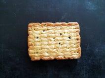 Hemmet gjorde isolerade kakor p? en svart bakgrund royaltyfri fotografi