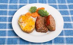 Hemmet gjorde köttfärslimpan med potatisen och grönsaker Arkivfoto