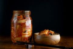 Hemmet gjorde kimchi på kruset royaltyfria foton