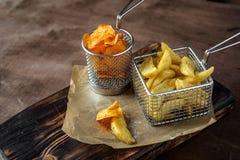 hemmet gjorde organiska potatischiper i metallkorg royaltyfria foton