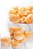 Hemmet gjorde ostsconeser på vitt trä Royaltyfria Foton
