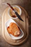 Hemmet gjorde pate för feg lever som tjänades som med stekt bröd Arkivbild
