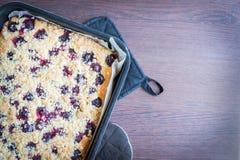 Hemmet gjorde smör den körsbärsröda kakan med smulpajtoppning Royaltyfria Bilder