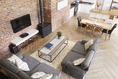 Hemmiljö med öppet plankök, vardagsrum och äta middagområde arkivfoton