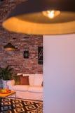 Hemmiljö med den industriella lampan Arkivbild