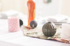 Hemmiljötabellplatsen, främre sikt, med dekorbeståndsdelar, den runda vasen, girland klumpa ihop sig, stearinljus och den tomma k Arkivfoton