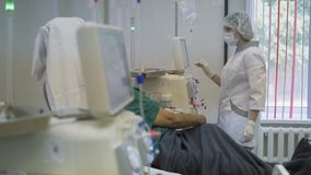 Hemodialyse, kunstnierapparaten Redden van mensenlevens stock video