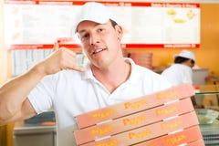 Hemsändning - boxas hållande pizza för manen Fotografering för Bildbyråer