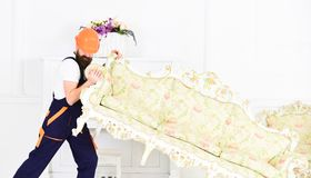 Hemsändningbegrepp Laddaren flyttar soffan, soffa Kuriren levererar möblemang i fall att av flyttar sig ut, förflyttning 308 mäss royaltyfria bilder