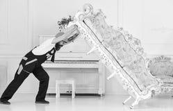 Hemsändningbegrepp Laddaren flyttar soffan, soffa Kuriren levererar möblemang i fall att av flyttar sig ut, förflyttning 308 mäss royaltyfria foton