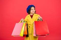Hemsökt med shopping För ungehåll för flicka gulliga påsar för shopping Få rabattshopping på födelsedagferie Trevligt köp royaltyfri bild