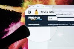 Hemsida av den online-e-kommers marknadsplatsamasonen com under förstoringsglaset Den största online-säljare- och handelplattform Arkivbilder