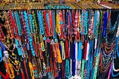 Hemslöjd, färgrika halsband och kedjor, Sidi Bou Said Market Arkivfoton