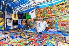 Hemslöjder är perpared till salu av den lantliga indiska mannen och barnet i den Pingla byn, Indien Royaltyfri Bild