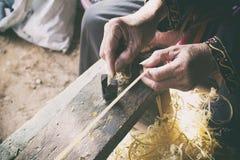 Hemslöjder gör bambubandframställning tunnare Arkivbilder