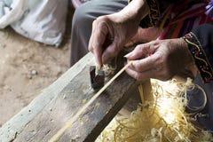 Hemslöjder gör bambubandframställning tunnare Arkivfoto