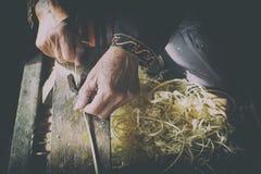 Hemslöjder gör bambubandframställning tunnare Royaltyfri Bild