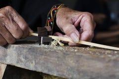 Hemslöjder gör bambubandframställning tunnare Arkivfoton