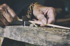 Hemslöjder gör bambubandframställning tunnare Royaltyfri Fotografi