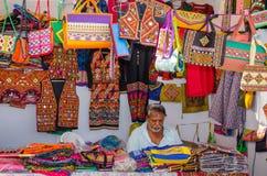 Hemslöjdförsäljaren i hans shoppar, Kutch, Gujarat, Indien Arkivfoton