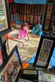 hemslöjdindia målningar som säljer kvinnor Royaltyfria Foton