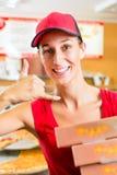 Hemsändning - boxas hållande pizza för kvinnan Royaltyfria Foton