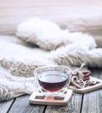 Hemtrevlig atmosfär för stilleben med en kopp te arkivbild