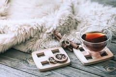 Hemtrevlig atmosfär för stilleben med en kopp te royaltyfri foto