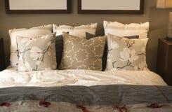 Hemtrevlig bekväm sängkläder och kuddar Royaltyfri Bild